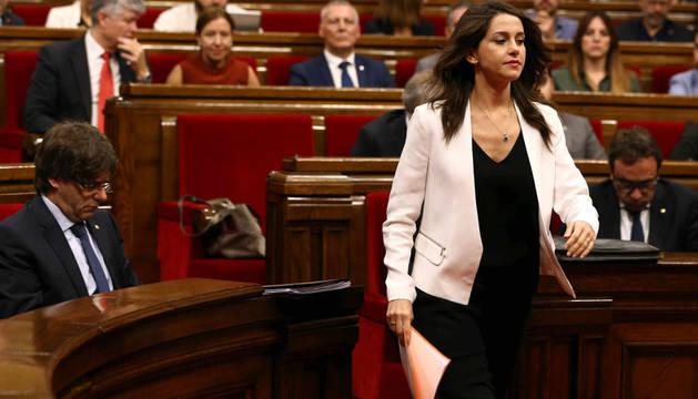 La líder de Ciudadanos, Inés Arrimadas, se dirige a realizar su intervención en la segunda jornada del pleno de la cuestión de confianza planteada por el presidente de la Generalitat, Carles Puigdemont.