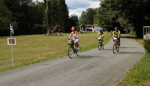 Varios ciclistas, en Bértiz.
