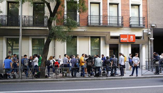 Numerosos periodistas en la sede del PSOE en la calle Ferraz, en Madrid