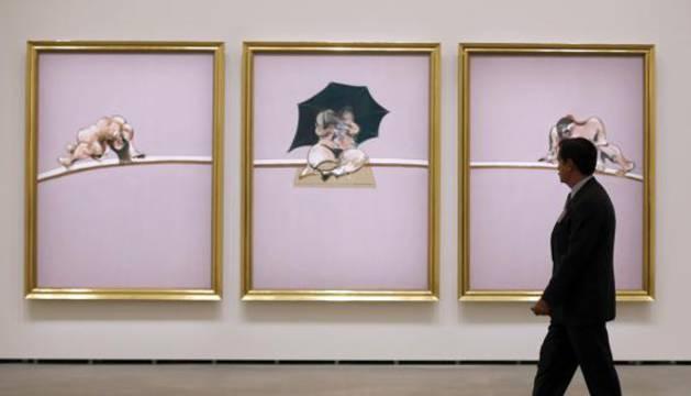 Un visitante observa una de las obras de la muestra.