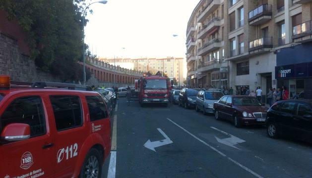 Bomberos en la calle Julián Gayarre, cerca de la plaza de los Fueros.