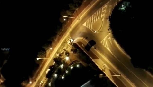 Imagen de un paracaidista cayendo de un edificio en plena noche.