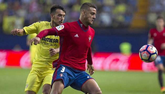Tano defiende el balón ante un jugador del Villarreal