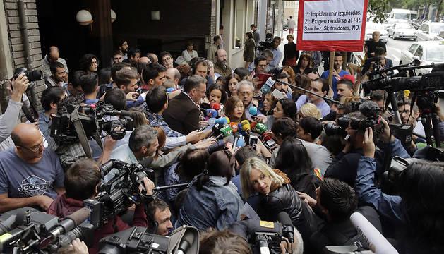 La presidenta del Comité Federal del PSOE, Verónica Pérez, atiende a los medios en la puerta de la sede del partido en la calle Ferraz.