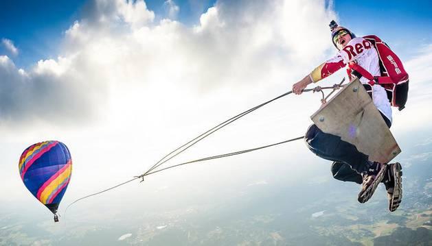 El Red Bull Skydive Team puso en marcha este columpio, el más grande y espectacular del mundo.
