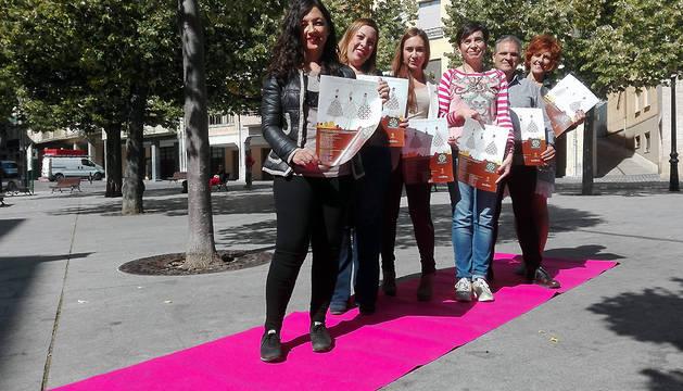 Desde la izquierda, Rocío Rodríguez Cuevas, Daniela Felipe Mújica, Paula Alén Valdés, Loreto San Martín Luis, Juan Andrés Echarri Garzón y Elena Etxalar Martínez sobre la alfombra rosa.