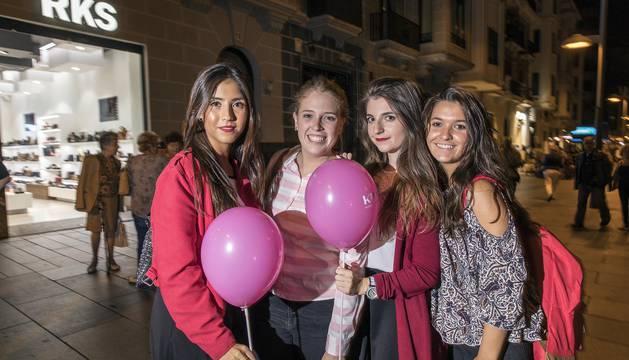 El Ensanche de Pamplona tuvo este viernes una tarde-noche 'flower power'. Los comercios, bares y demás establecimientos vistieron las calles del Ensanche con más de 2.000 flores de vinilo de colores.