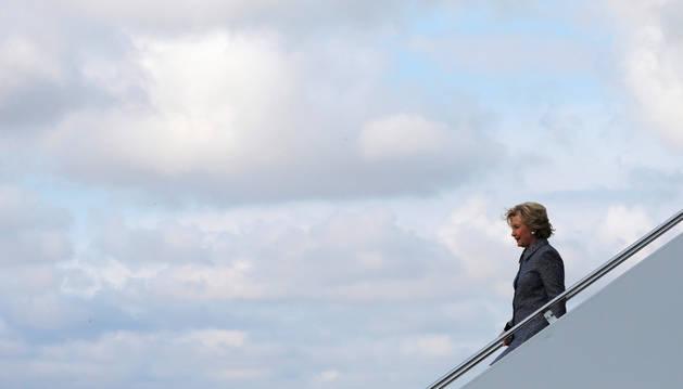 La candidata presidencial demócrata Hillary Clinton baja de su avión de campaña en Chicago, Illinois.