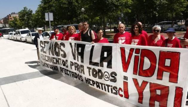 Miembros de la plataforma de Hepatitis C concentrados ante el hospital de Txagorritxu, Vitoria, el año pasado.