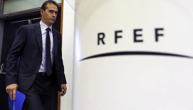 El entrenador de la selección española de fútbol, Julen Lopetegui, a su llegada a la rueda de prensa que ha ofrecido este viernes.