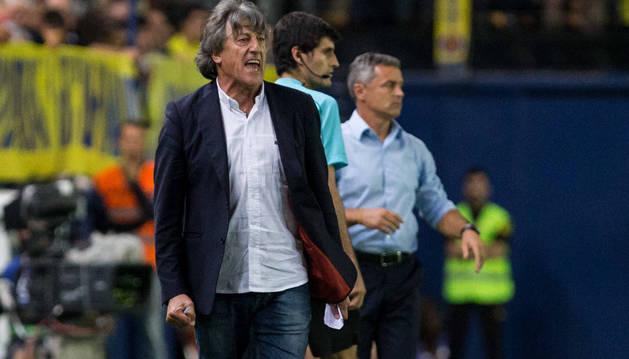 Enrique Martín arenga a sus jugadores durante el partido de la pasada jornada en El Madrigal