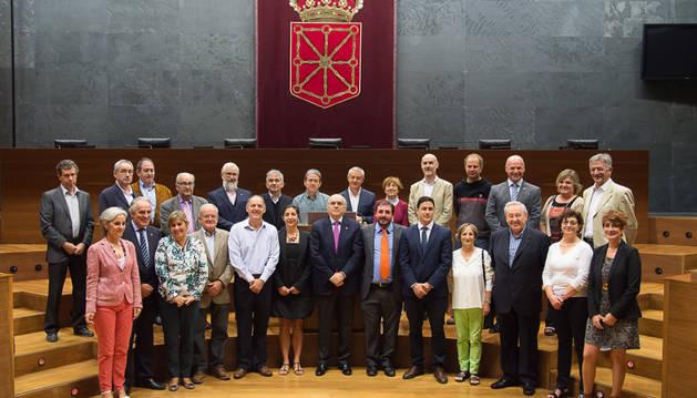 Miembros de Euskaltzaindia visitan la Cámara foral