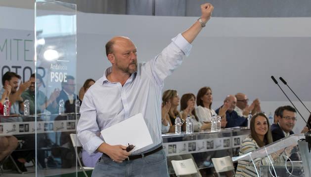 El diputado socialista Antonio Pradas levanta el puño tras ser nombrado presidente de la mesa del comité esta tarde en la reunión del comité director de su partido en Sevilla.
