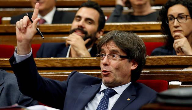 El presidente de Cataluña, Carles Puigdemont, gesticula durante una sesión de voto de confianza en el Parlamento catalán.