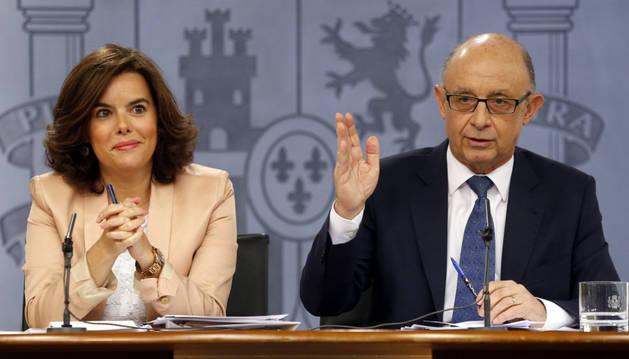 La vicepresidenta del Gobierno en funciones, Soraya Sáenz de Santamaría, y el ministro de Hacienda en funciones, Cristóbal Montoro.