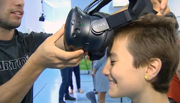 Una niña prueba las gafas de realidad virtual.
