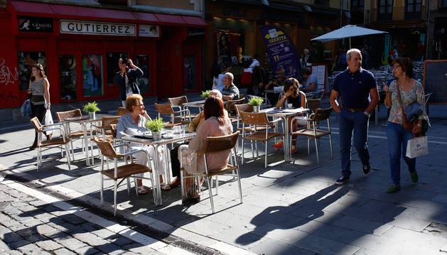 Varias personas sentadas en una de las terrazas instaladas en la Plaza Consistorial.