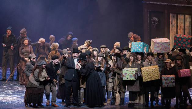 Algunos niños y jóvenes cantando en la ópera 'Cuento de Navidad', en Baluarte, en Navidad de 2015.