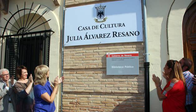 Las autoridades aplauden ante la placa de Julia Álvarez Resano.