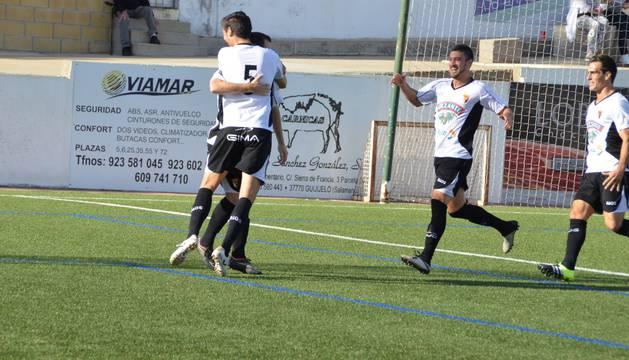 Los jugadores del Tudelano celebran uno de los goles del equipo ribero.