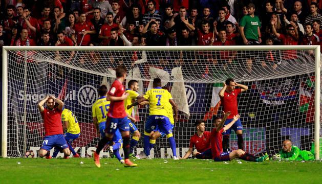 Los jugadores de Osasuna, desesperados al ver cómo Las Palmas marcaba el segundo gol en el minuto 90.