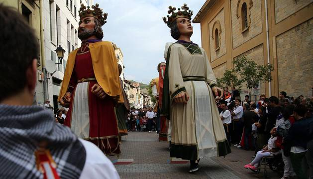Primer baile de los gigantes de Villava antes de comenzar su tradicional pasacalles por el pueblo después del cohete.
