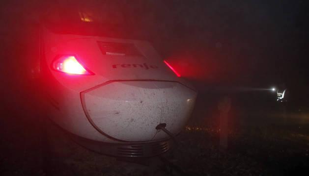Una mujer herida tras descarrilar un tren Alvia en Asturias