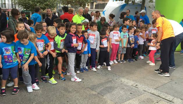 Varios niños a punto de comenzar la carrera solidaria por el autismo.