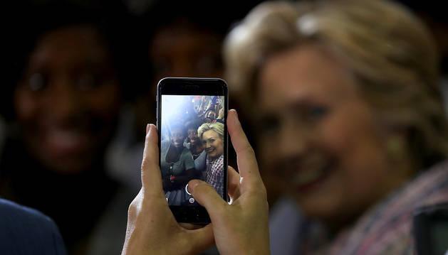 La candidata demócrata, Hillary Clinton, se hace una autofoto con un seguidor durante un acto de campaña en Coral Springs Gymnasium.