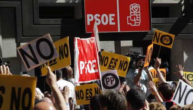 Simpatizantes del PSOE se concentran a las puertas de la sede del partido.