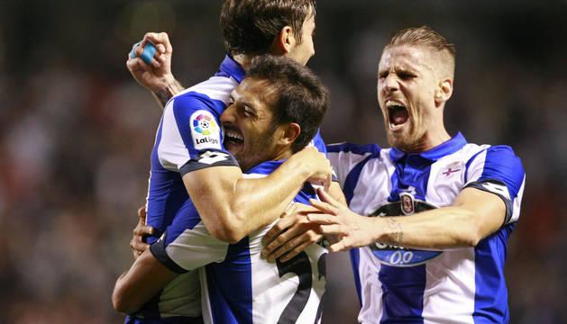 Mosquera, Celso Borges y Albentosa celebran la victoria del Deportivo.