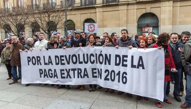 Concentración por la paga extra de los funcionarios frente al Palacio de Navarra en diciembre de 2015.