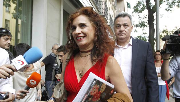 María Jesús Montero y Wilfredo Jurado, miembros críticos de la Comisión de Ética y Garantías del PSOE, a su llegada a la sede de Ferraz.