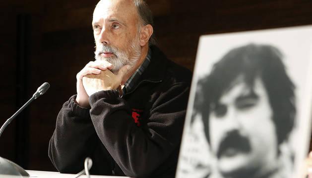 El forense Paco Etxeberria , con una imagen de Naparra.