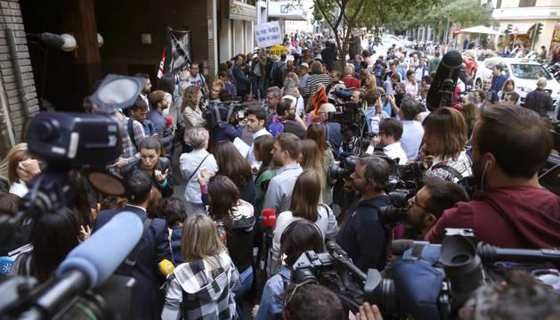 Decenas de periodistas a las puertas de la sede del PSOE, en la madrileña calle Ferraz