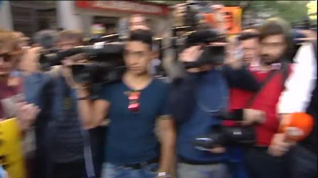 Militantes socialistas acuden a Ferraz para mostrar su apoyo a Pedro Sánchez