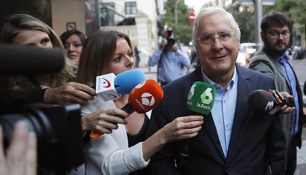 Críticos del PSOE son recibidos a gritos de