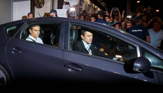 Pedro Sánchez abandona Ferraz tras anunciar su dimisión.