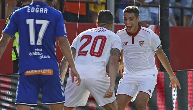Ben Yedder celebra uno de sus dos goles al Alavés.