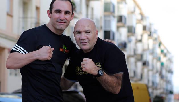 Rubén Díaz (izda.), vigente campeón de España, junto a Carlos Morales, que logró el título nacional en 1979, posan en la calle donde vivieron.