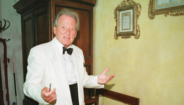 El director de orquesta británico Neville Marriner, en el año 2000.