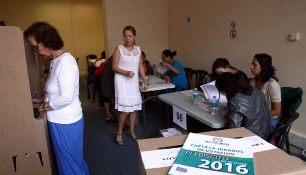 Una ciudadana colombiana vota en el consulado de su país en Barcelona.