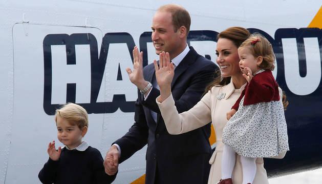 Guillermo y Catalina, junto a sus hijos en Canadá.