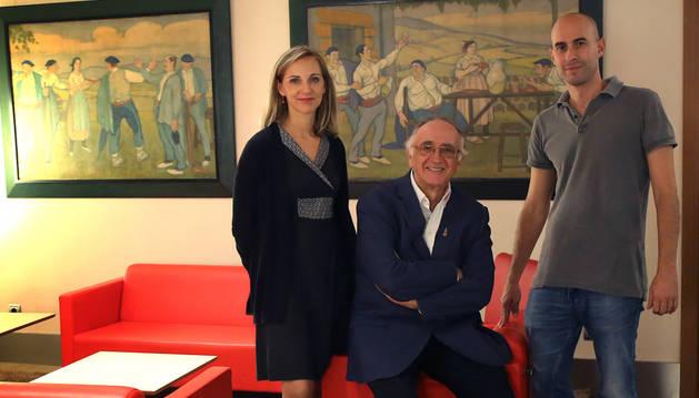 Leire Alemán y Patxi Alemán (centro), del hotel Maisonnave,  junto a Mikel Belascoain.