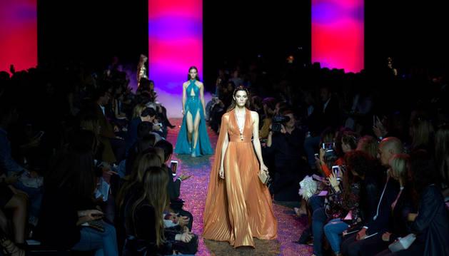 Una modelo desfilando en la Semana de la Moda de París.