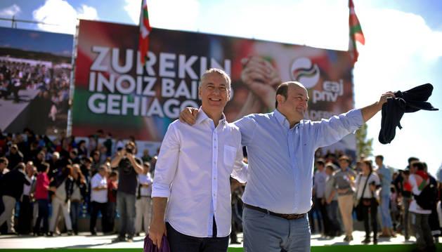 El lehendakari Iñigo Urkullu (izquierda) saluda a la multitud junto al presidente del PNV, Andoni Ortuzar, en el Alderdi Eguna (Día del partido), el festival anual del Partido Nacionalista Vasco (PNV), en Foronda.