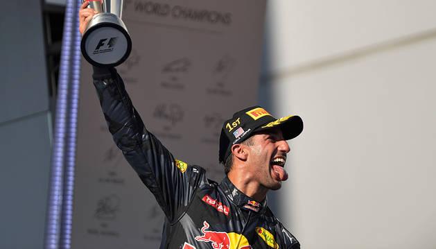 Hamilton rompe el motor y deja el triunfo en bandeja a Ricciardo