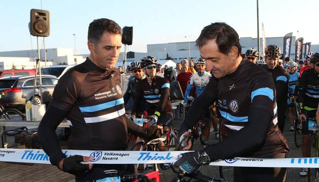 Miguel Induráin y Emilio Sáenz, presidente de Volkswagen Navarra, durante el corte de cinta de la prueba.