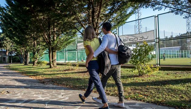 Una pareja camina junto al campo de El Soto ayer por la tarde.