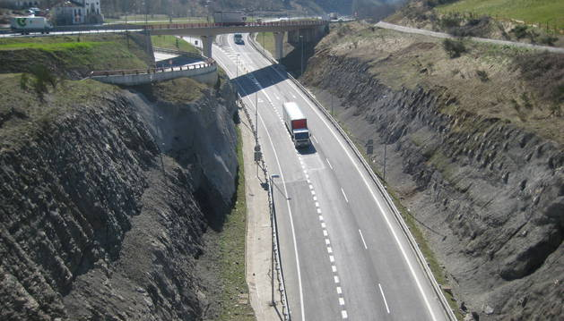 Un transporte desciende por el puerto de Etxegarate, en sentido a Irún.